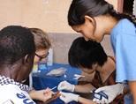 ガーナの公衆衛生プロジェクトで簡易検査で血液を採取するボランティア