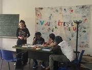 イタリアの難民・移民プロジェクトの語学クラスで学んでいる様子