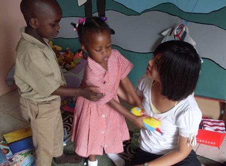 ケアプロジェクトでジャマイカの子供と遊ぶプロジェクトアブロードのボランティア