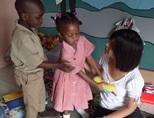 ジャマイカのケアプロジェクトで子供と遊ぶボランティア