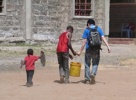 ケニアの小学校で水汲みを手伝うプロジェクトアブロードのケアボランティア