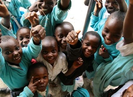 教育プロジェクトの活動先にいるケニアの子供たち