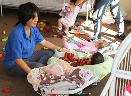 ケアプロジェクトでベビーセンターで活動するプロジェクトアブロードのボランティア