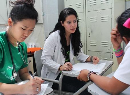 メキシコで医師とミーティングをするプロジェクトアブロードの公衆衛生ボランティア