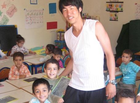モロッコで子供たちに英語を教えているプロジェクトアブロードの日本人ボランティア