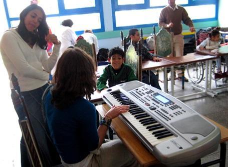 モロッコの教育プロジェクトで音楽を教えるプロジェクトアブロードの教育ボランティア