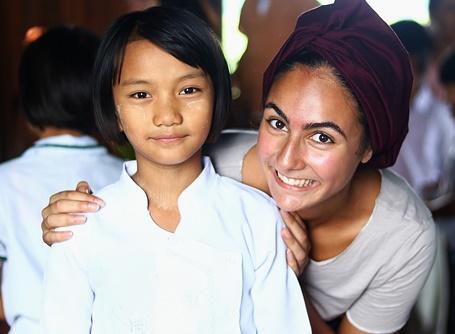 教育の海外ボランティア ミャンマーの小学生とボランティア先生