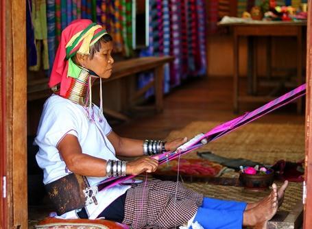 東南アジアで海外ボランティア+異文化体験 ミャンマーの首長族の女性