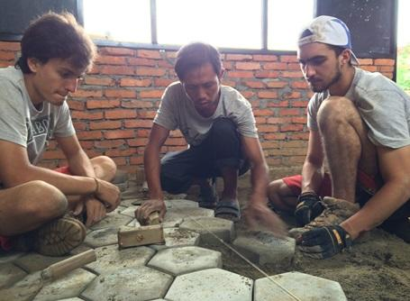 教室の床にブロックを敷き詰めるプロジェクトアブロードの復興支援ボランティア