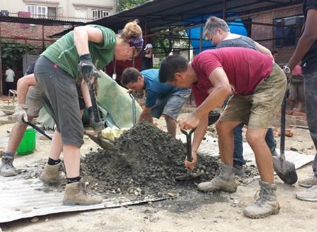 ネパールの大地震復興支援プロジェクトで活動するボランティアたち