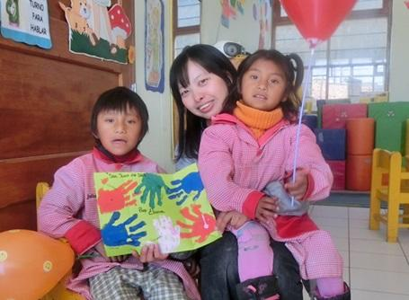 ケアプロジェクトでペルーの特別支援施設で活動するプロジェクトアブロードの日本人ボランティア