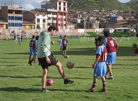 スポーツプロジェクトでサッカーを教えるプロジェクトアブロードのボランティア