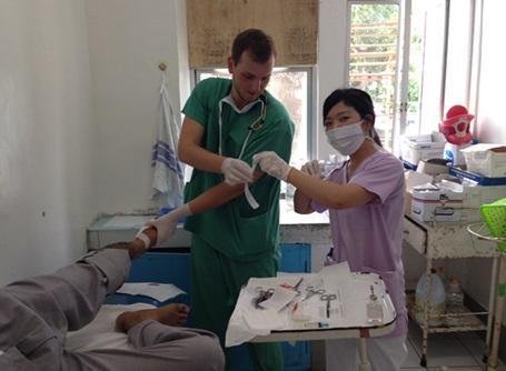フィリピンの医療プロジェクトに参加している日本人の看護インターン
