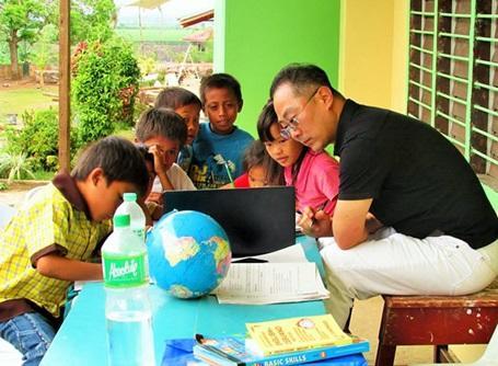 フィリピンの学校で子供たちに英語を教えるプロジェクトアブロードのボランティア