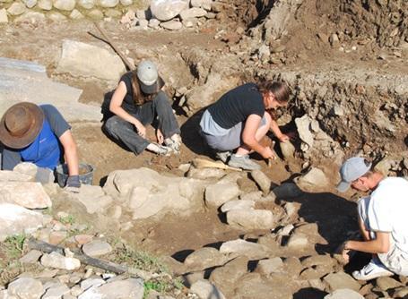 考古学プロジェクトでルーマニアの遺跡を掘るプロジェクトアブロードのボランティアたち
