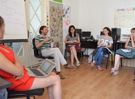 ジャーナリズムプロジェクトでワークショップに参加するプロジェクトアブロードのインターンたち
