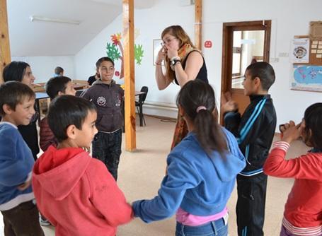 ケアプロジェクトでルーマニアの子供たちと遊ぶプロジェクトアブロードのボランティア