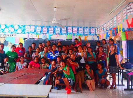 ケアプロジェクトで小学校で活動しているプロジェクトアブロードのボランティア