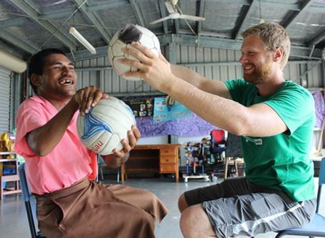 理学療法プロジェクトでボールを用いたリハビリを行うプロジェクトアブロードの医療インターン