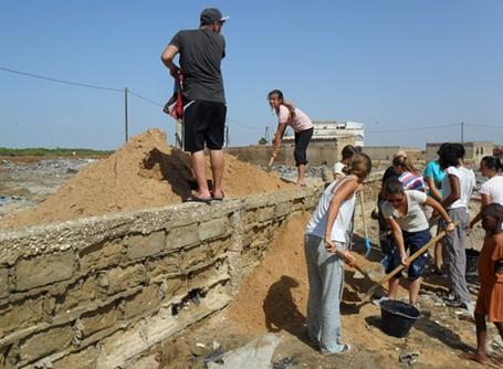 家屋の建築を行うプロジェクトアブロードのボランティア