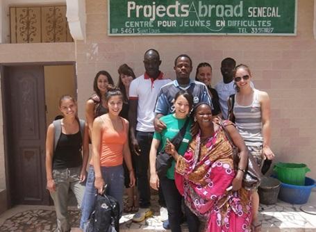 セネガルのケアプロジェクトでストリートチルドレンのいる施設で活動する日本人ボランティア