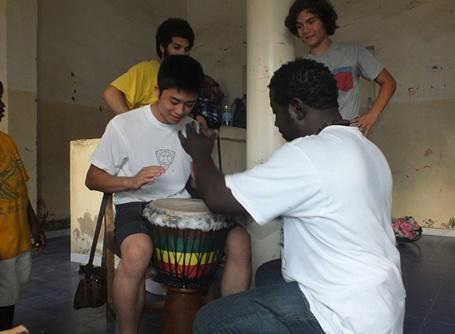 セネガルの高校生ケア&コミュニティスペシャルプロジェクトでカルチャーセッションをを受けるボランティア