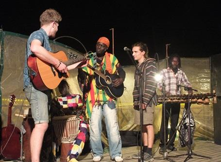 地元のバンドと共演するプロジェクトアブロードの音楽&文化プロジェクトのボランティア