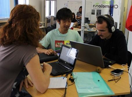 ジャーナリズムプロジェクトでミーティングに参加するプロジェクトアブロードの日本人インターン