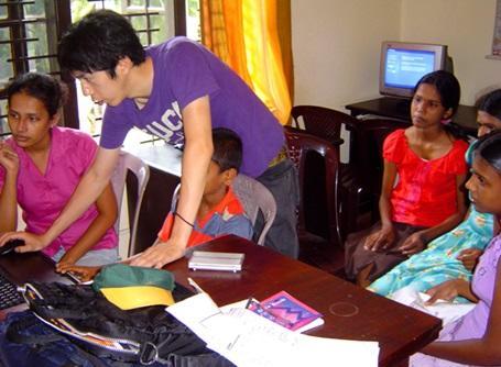 スリランカのITセンターでパソコンを教えるプロジェクトアブロードのボランティア
