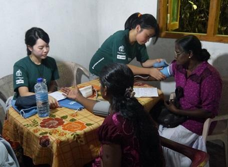 医療プロジェクトで血圧を測るプロジェクトアブロードの医療インターン