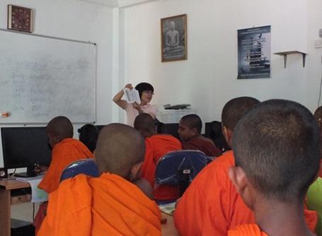 日本語教育プロジェクトでスリランカの生徒に日本語を教えるボランティア