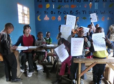 ケアプロジェクトで子供に英語を教えるプロジェクトアブロードのボランティア