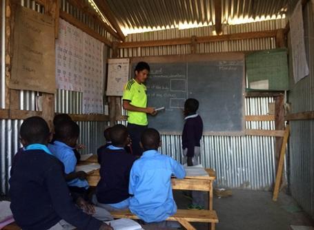 村落開発プロジェクトでタンザニアの子供たちに英語を教えるプロジェクトアブロードのボランティア