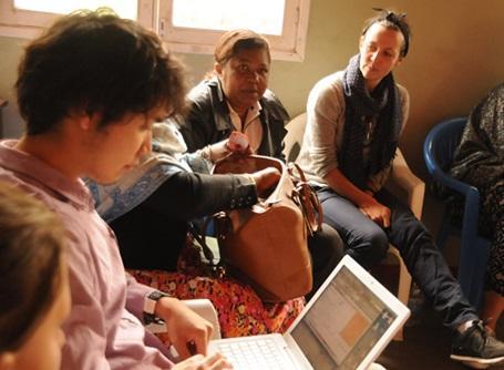 タンザニアのマイクロファイナンスプロジェクトでミーティングに参加している日本人インターン