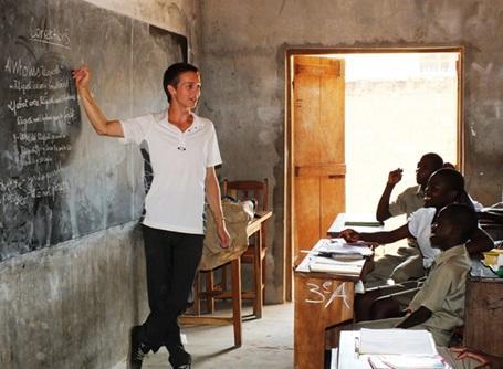 教育プロジェクトで子供たちに英語を教えているトーゴのボランティア