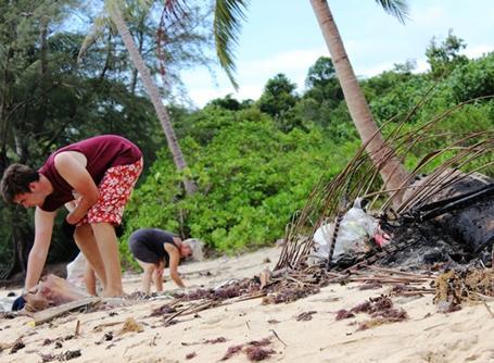 캄보디아 코삭 섬에서 해변청소하기