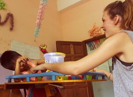 캄보디아의 작업치료 인턴이 아이들과 일하고 있다