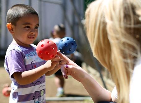코스타리카에서 아이들과 함께 놀아주고 있는 사회복지 봉사자
