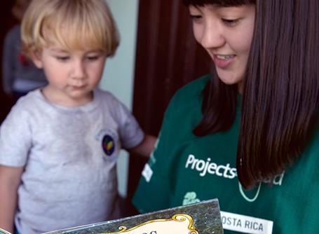 코스타리카의 사회복지 프로젝트에서 아이들에게 동화책을 읽어주는 프로젝트어브로드 봉사자