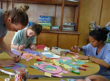 아이들을 위해 수공예와 예술 을 보여주는 봉사자들