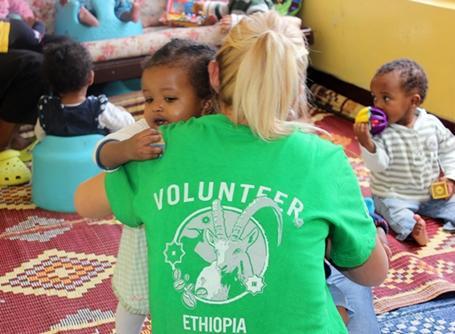 에티오피아 고가원에서 아이를 안고 있는 사회복지 봉사자