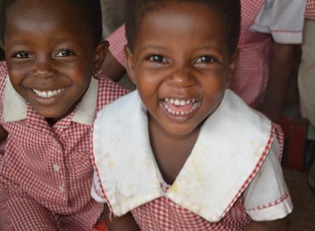 카메라를 향해 웃는 두 명의 가나 학생들