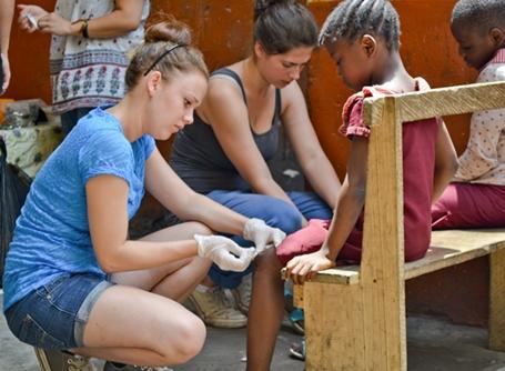 가나 대회봉사활동에서 아이들의 상처를 치료해 주는 의료인턴