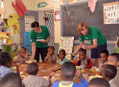 영양학 대외활동에서 안나 밀러 학교의 아이들에게 아침식사를 제공하는 사회복지 봉사자들