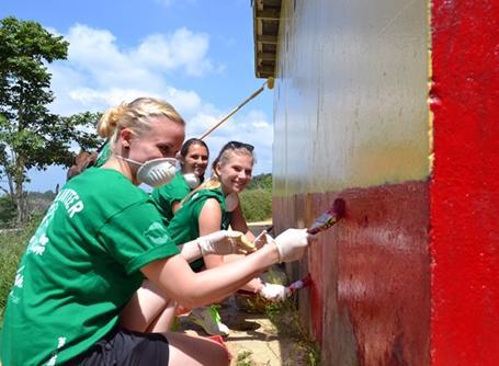 브라이스 초등학교의 시설에 페인트칠하는 봉사자들