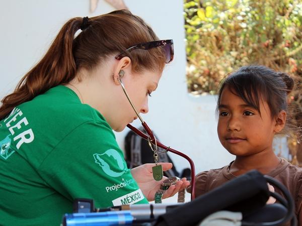 프로젝트어브로드 봉사자가 대외봉사활동에서 환자를 돌본다