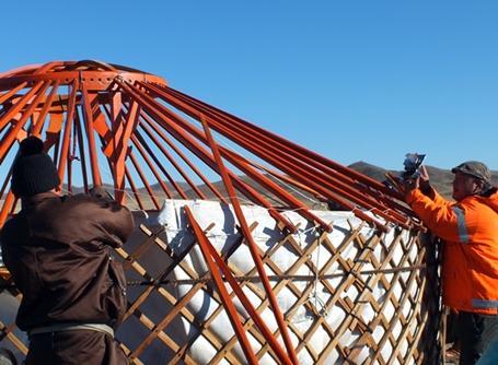 몽골에서 봉사자와 주민이 함께 집을 짓다