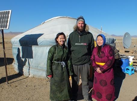 몽골 호스트패밀리와 함께 있는 남성 봉사자