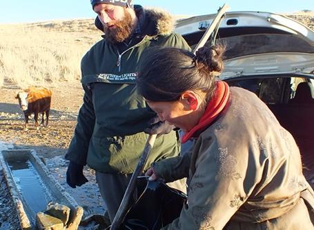몽골지역 여성과 얘기하고 있는 남성 봉사자