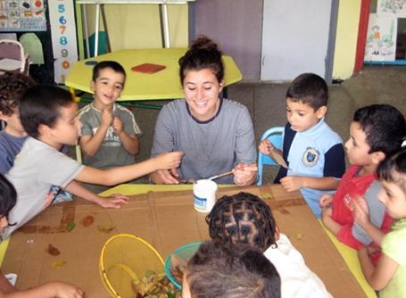 모로코의 어린이들에게 예술과 수공예를 가르쳐주는 자원봉사자
